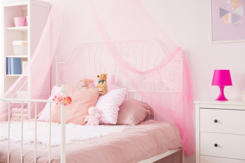 桃红色的完善的女孩卧室 免版税库存图片