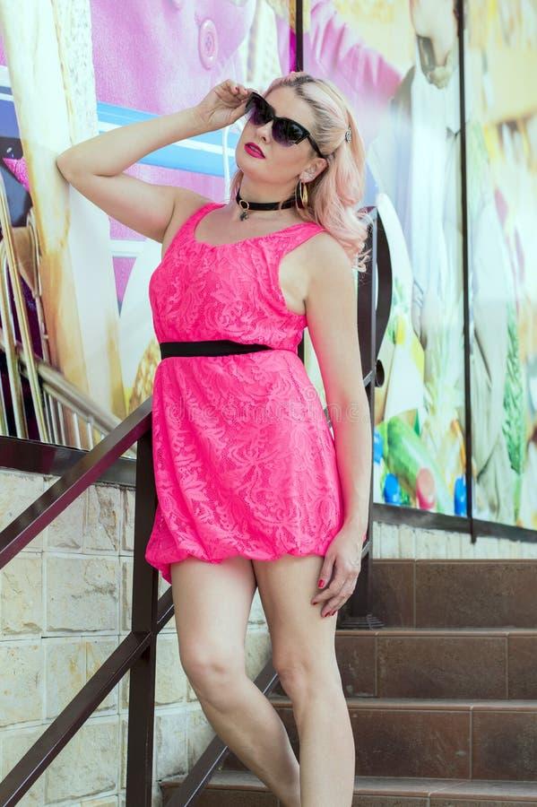 桃红色的美女在市场陈列室 库存图片