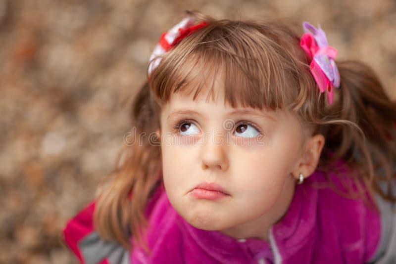 桃红色的逗人喜爱的脾气坏的女孩 免版税库存图片