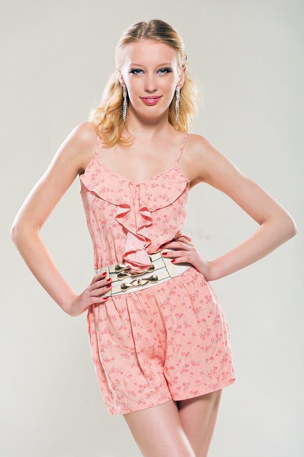 桃红色的年轻金发碧眼的女人 图库摄影