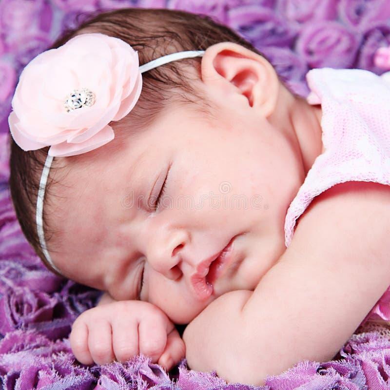 桃红色睡觉的新出生的女婴 免版税库存照片