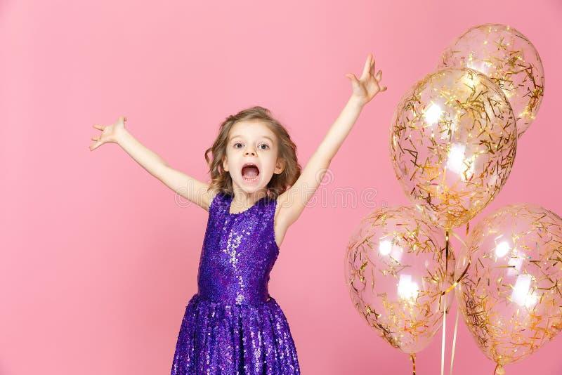 桃红色礼服庆祝的愉快的女孩 库存图片