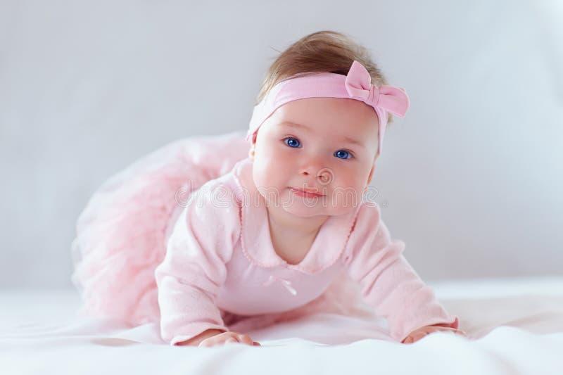 桃红色礼服的俏丽的女婴 库存图片