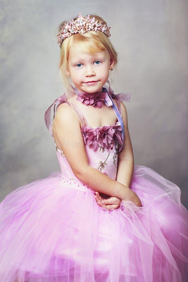 桃红色礼服的公主 库存照片