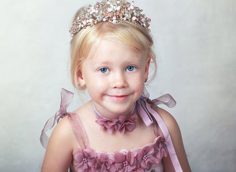 桃红色礼服的公主 免版税库存图片