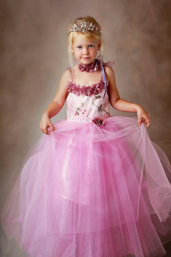 桃红色礼服的公主 免版税库存照片