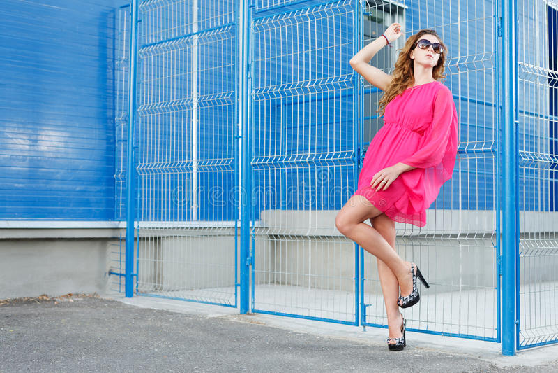 桃红色礼服的华美的女孩 免版税库存图片