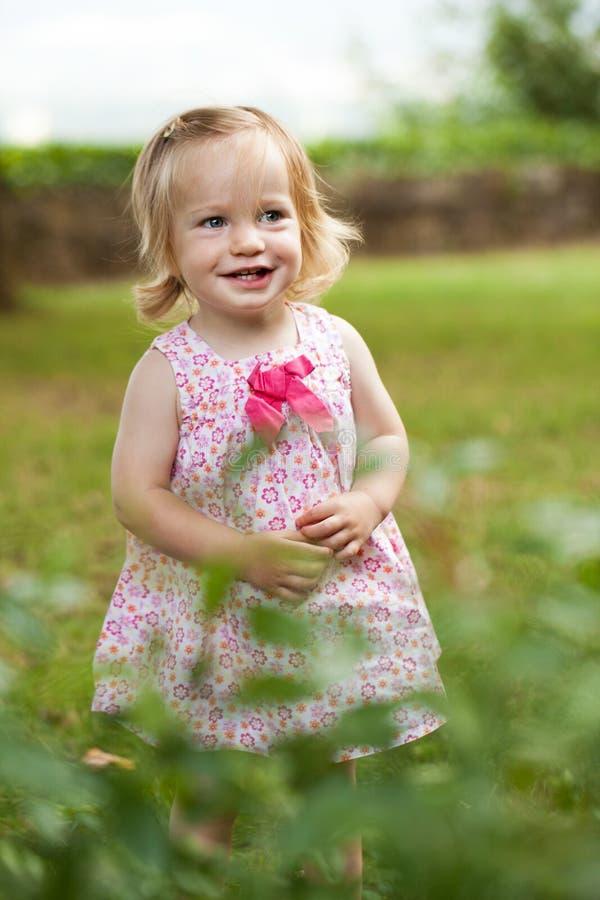 桃红色礼服的小小孩女孩 免版税库存图片