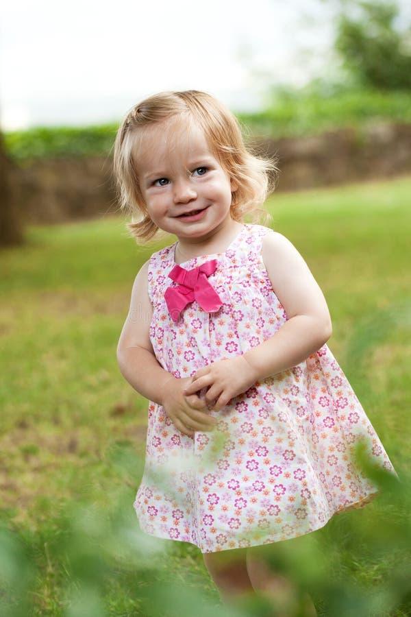 桃红色礼服的小小孩女孩 免版税库存照片