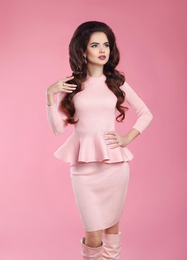桃红色礼服的时兴的加工好的妇女 年轻美丽的gorgeou 免版税库存图片
