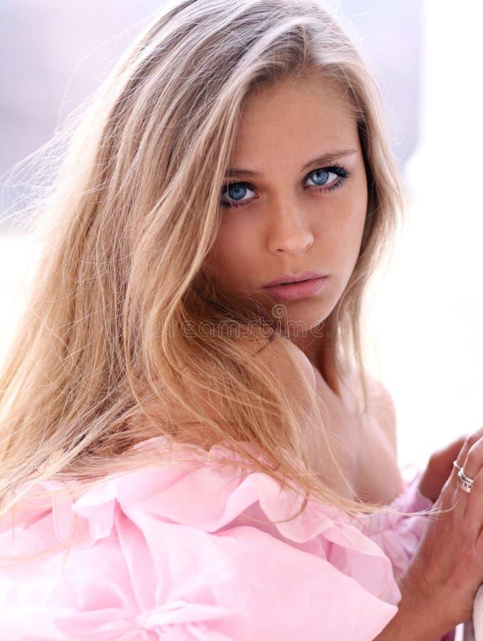 桃红色礼服的美丽的女孩 图库摄影