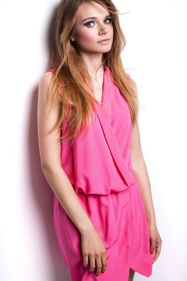 桃红色礼服的年轻时兴的女孩 免版税库存照片