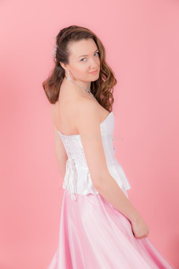桃红色背景的女孩 免版税库存照片