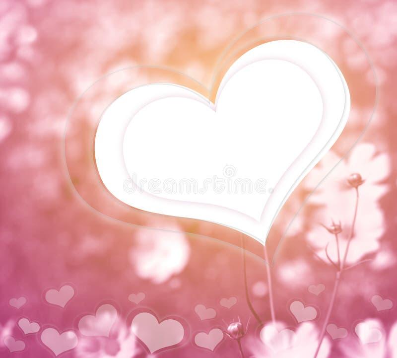桃红色花和心脏在软的颜色样式浪漫backgrou的 免版税库存图片
