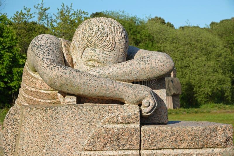 桃红色花岗岩岩石的疲乏的工作者在雕象parc在布里坦尼 免版税库存照片