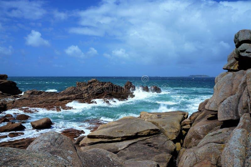 桃红色花岗岩海岸在佩洛斯Guirec附近的一个大风天在布里坦尼法国 库存图片