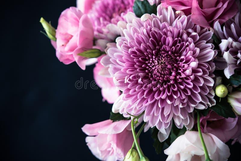 桃红色花束开花在黑背景的特写镜头 库存图片