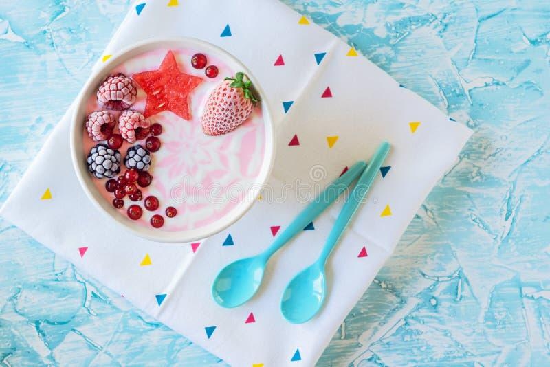 桃红色莓果酸奶圆滑的人碗用果子 免版税图库摄影