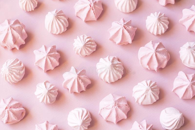 桃红色蛋白甜饼 免版税库存图片
