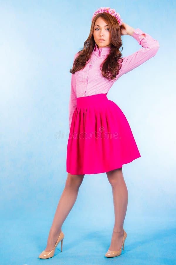 桃红色衣裳的美丽的少妇有花圈的 库存图片