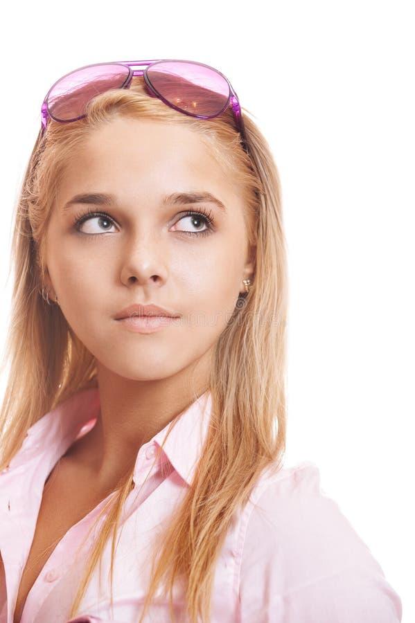 桃红色衬衣特写镜头的美丽的白肤金发的年轻女人 免版税库存照片