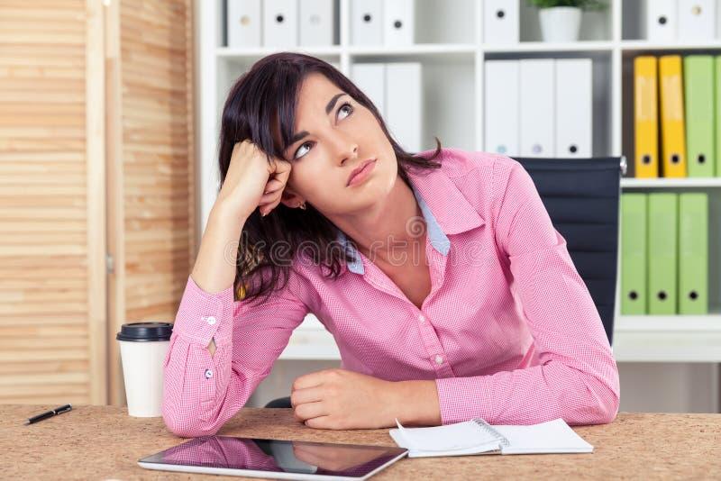 桃红色衬衣的乏味秘书 库存图片