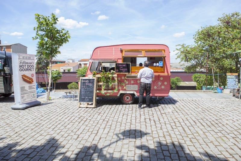 桃红色被加点的食物卡车 免版税库存图片