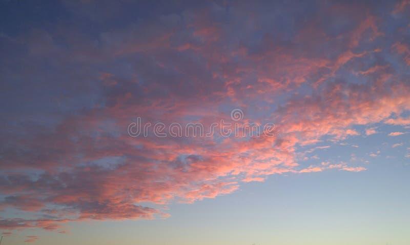桃红色覆盖日落天空 库存照片
