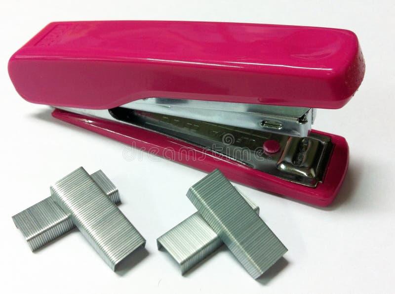 桃红色订书机和夹子特写镜头 免版税库存照片