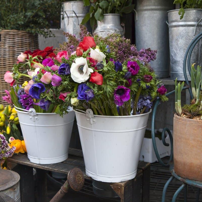 从桃红色郁金香、紫罗兰色葡萄风信花、银莲花属、紫罗兰色veronica和白色毛茛的花束 库存图片
