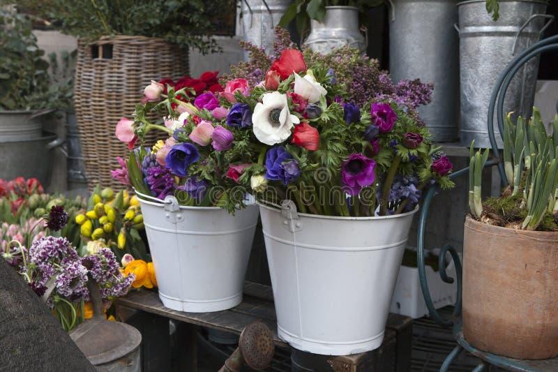 从桃红色郁金香、紫罗兰色葡萄风信花、银莲花属、紫罗兰色veronica和白色毛茛的花束 库存照片