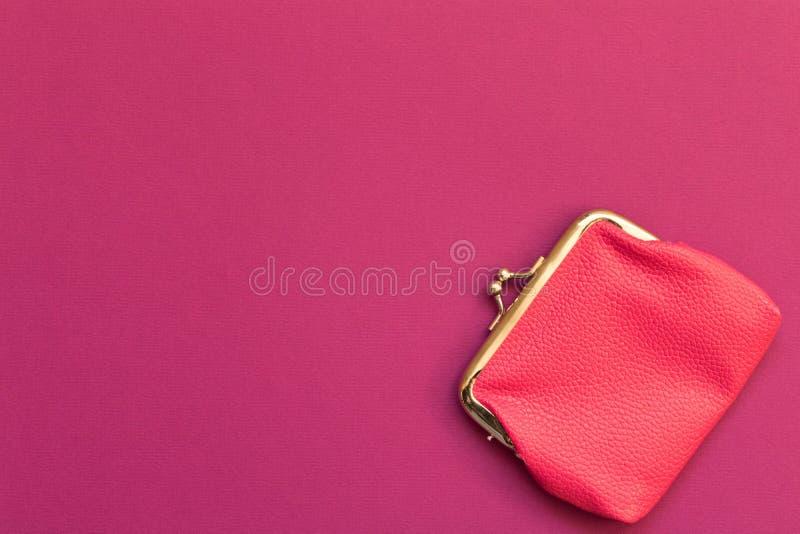 桃红色钱包紫色背景 储款的概念 顶视图 免版税图库摄影