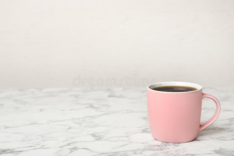 桃红色陶瓷杯子用热的芳香咖啡 免版税库存照片