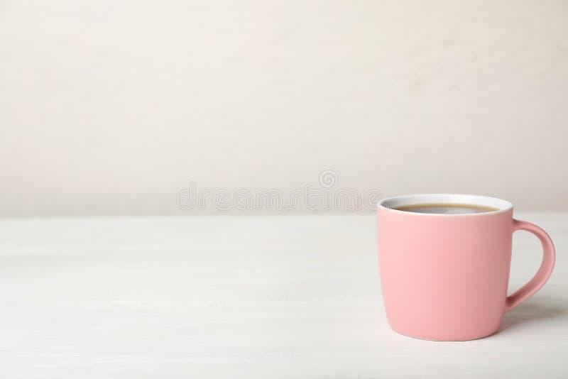 桃红色陶瓷杯子用热的芳香咖啡 免版税库存图片