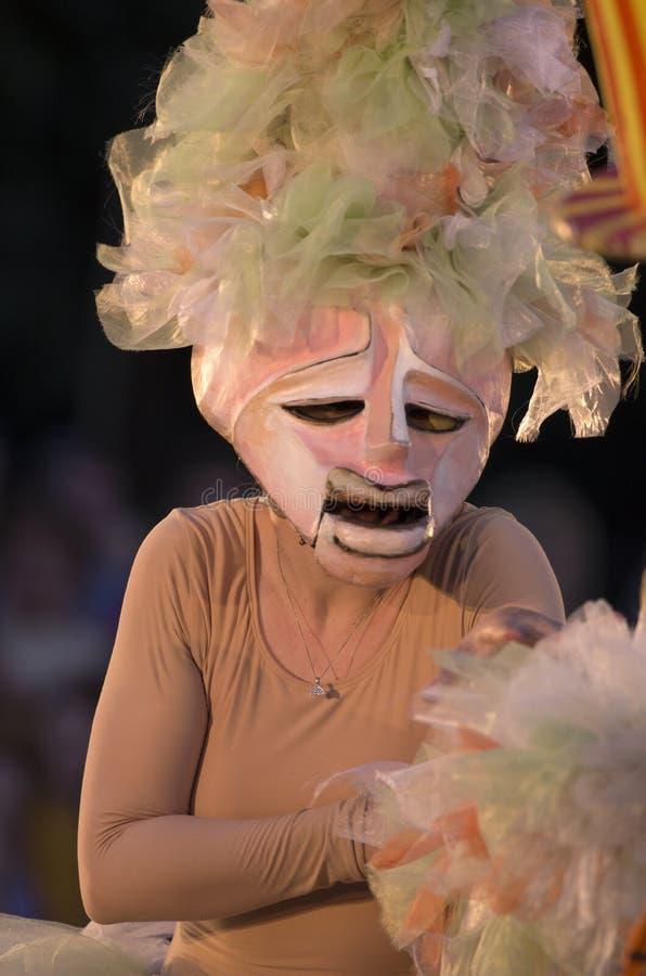 桃红色面具的女孩与在她的头的弓 免版税库存图片