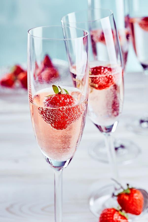 桃红色香槟用新鲜的成熟草莓 图库摄影