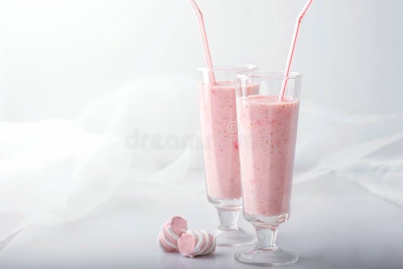 桃红色鸡尾酒装饰用蛋白软糖,两块玻璃 库存图片
