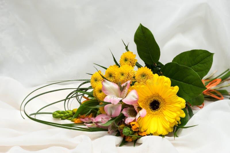 桃红色,白色,橙色和黄色花花束  许多不同的开花 大大丁草绽放 开花的菊花 图库摄影