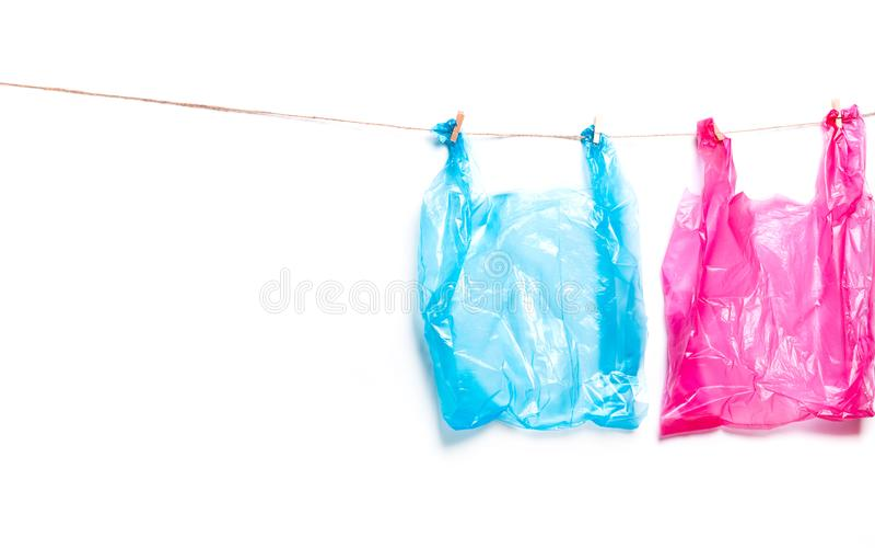 桃红色,蓝色塑料袋 生态的污染的生态概念 免版税库存照片