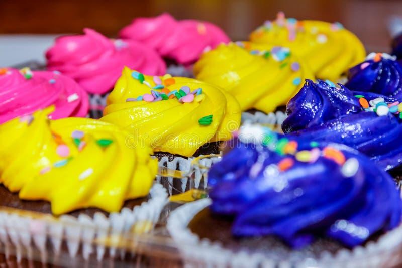 桃红色,黄色和紫色杯形蛋糕准备好党 库存图片