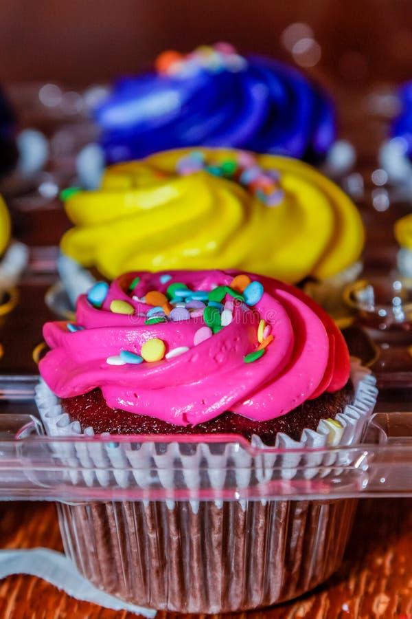桃红色,黄色和紫色杯形蛋糕准备好党 图库摄影