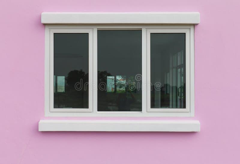 桃红色围住玻璃窗 免版税库存照片