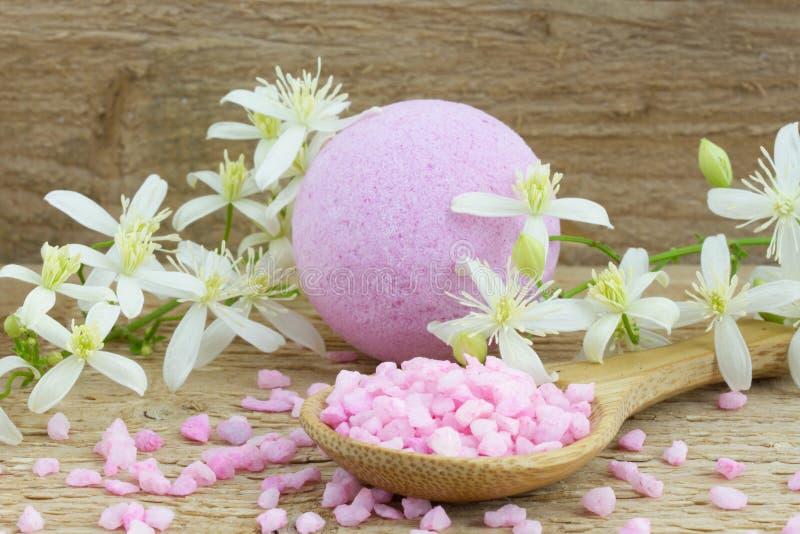 桃红色浴炸弹和腌制槽用食盐 库存图片