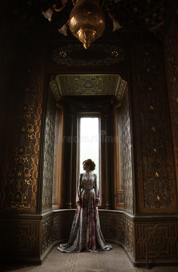 桃红色dres的美丽的妇女 免版税库存照片