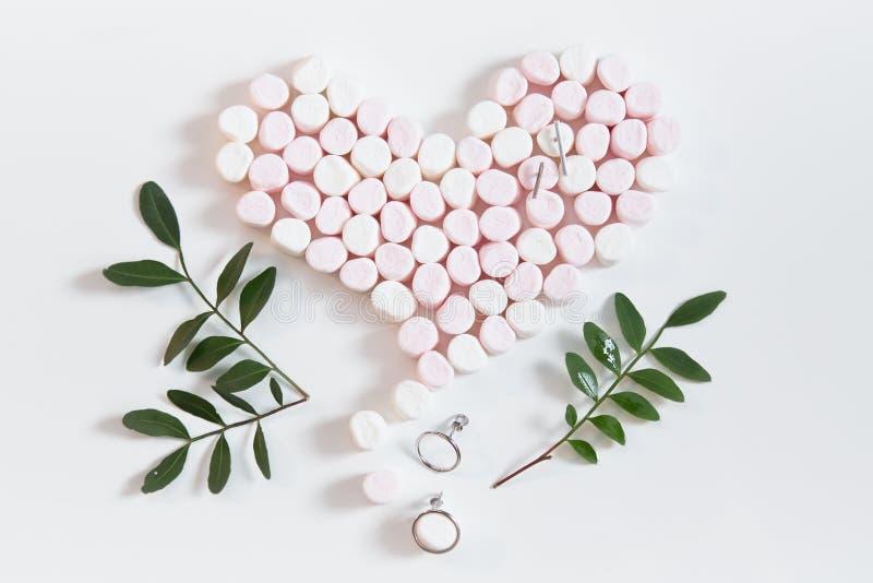 桃红色marshmellows心脏和珠宝3 免版税库存照片