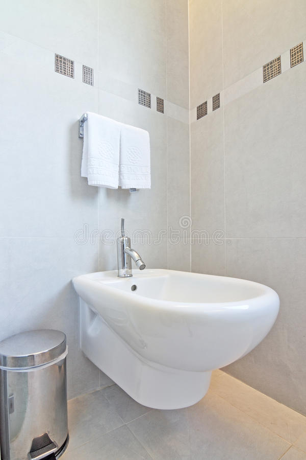 框和一张净身盆在卫生间里。 库存照片