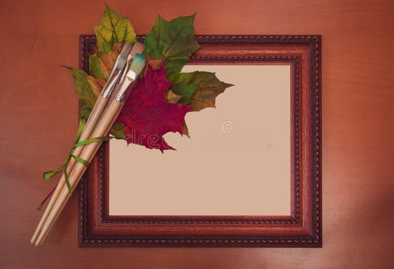 框架、刷子和五颜六色的秋叶 库存图片