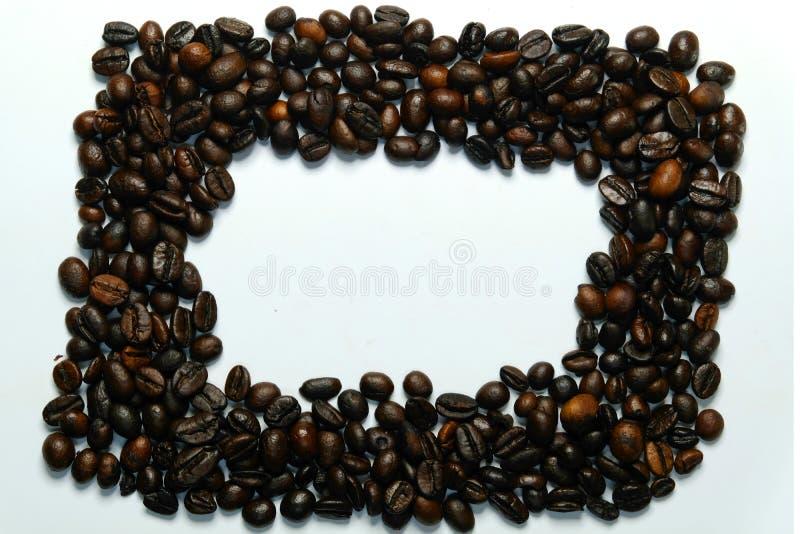 框架与图片beautifu的咖啡豆 l从旁边木桌的背景视图 作为背景诱饵概念美元灰色吊异常分支 库存照片