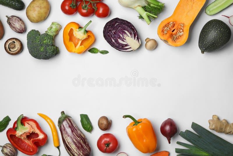 框架做了新鲜的成熟菜在白色背景 库存图片