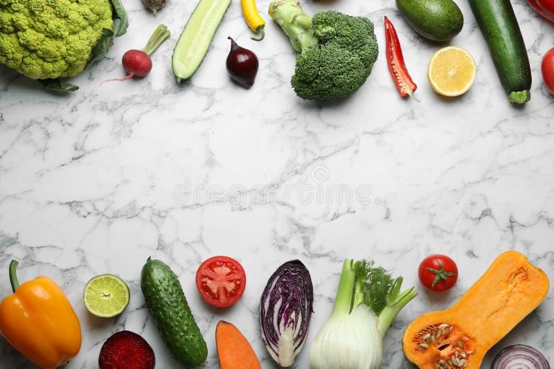 框架做了新鲜的成熟蔬菜和水果在大理石背景,平的位置 免版税库存图片